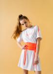 Изображение Белое платье-футболка с поясом-корсетом