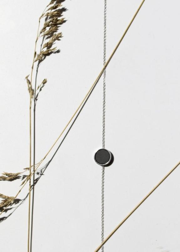 Изображение Подвеска в виде черного круга