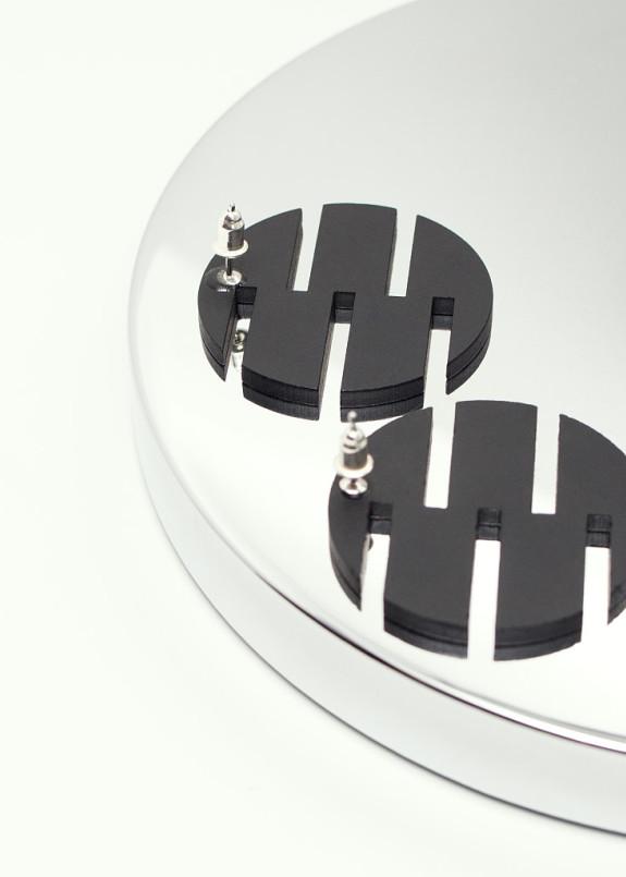 Изображение Сережки-гвоздики в виде круга с прорезями