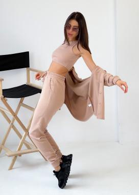 Изображение Женский бежевый костюм с накладными карманами