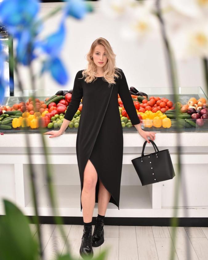 Изображение Удлиненное черное платье с разрезом 452